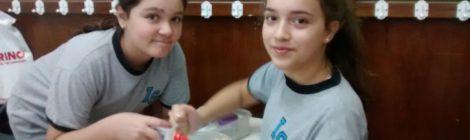 En jornada grande hacemos tarea, estudiamos, nos divertimos jugando y preparando slime...